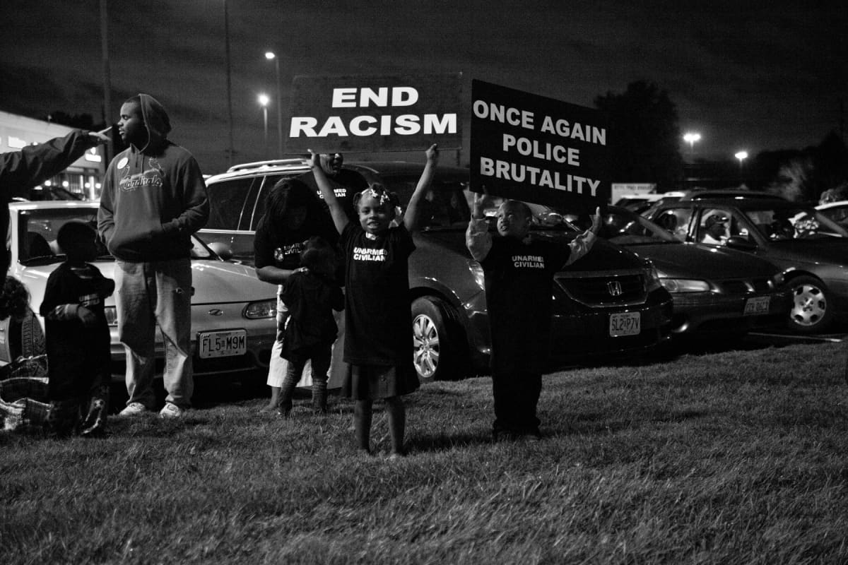 Lapsia osallistumassa mielenosoitukseen Fergusonissa. Still elokuvasta Whose streets?