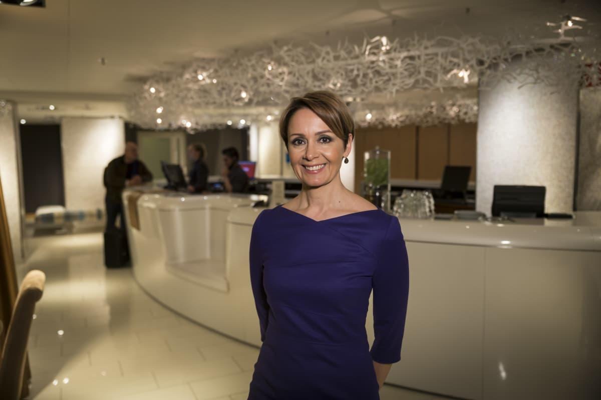 Kämp Collection Hotels -hotelliryppään toimitusjohtaja Laura Tarkka hotelli Klaus K:n vastaanotossa.