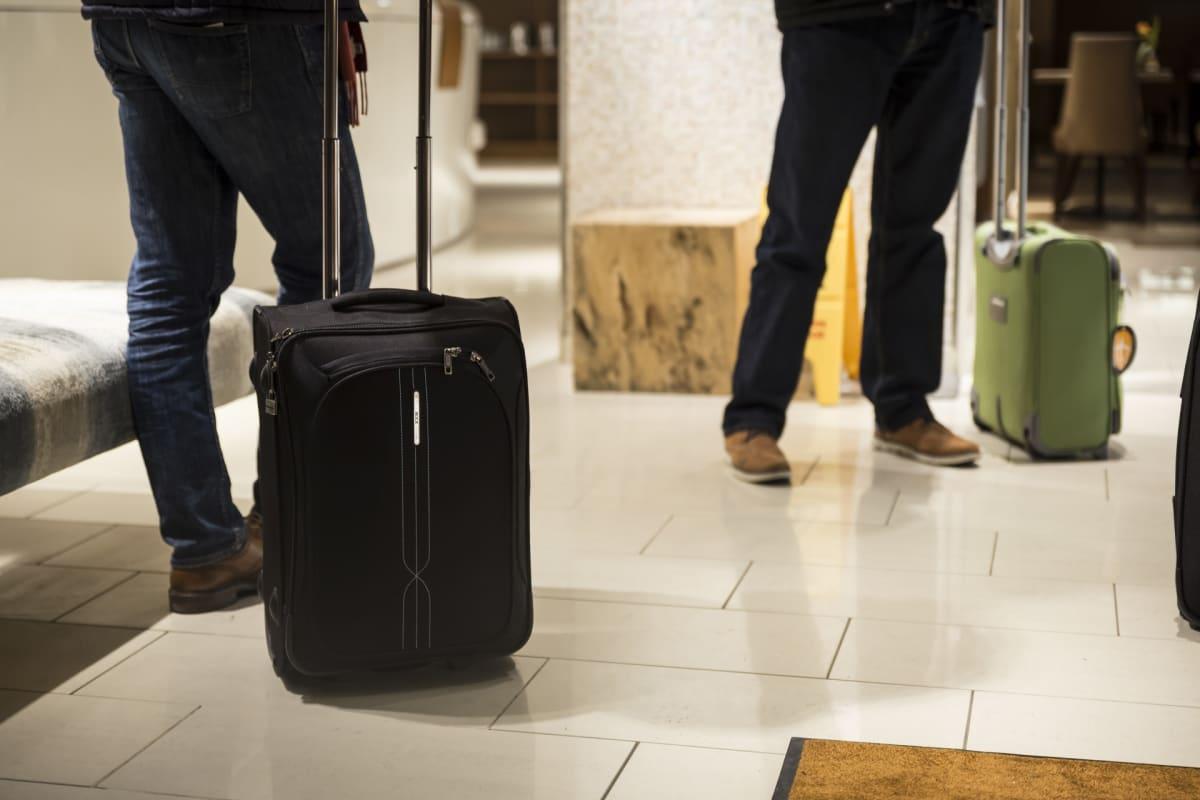 Matkailijoita ja laukkuja