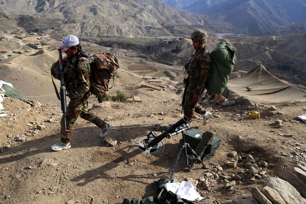 Afgaanijoukot partioivat lähellä Tora Boraa Itä-Afganistanin Nangarharin maakunnassa joulukuussa 2017.