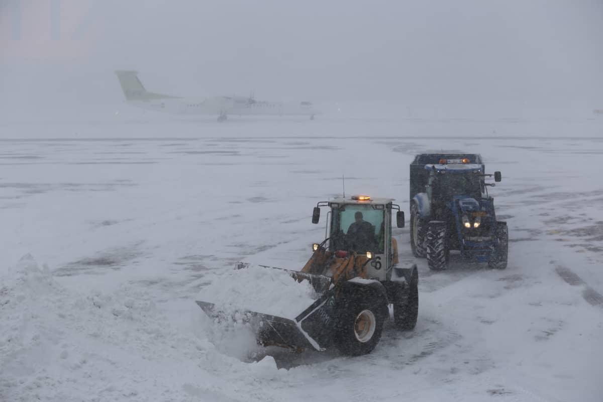 Helsinki-Vantaan lentokentällä pyryttää sakeasti.