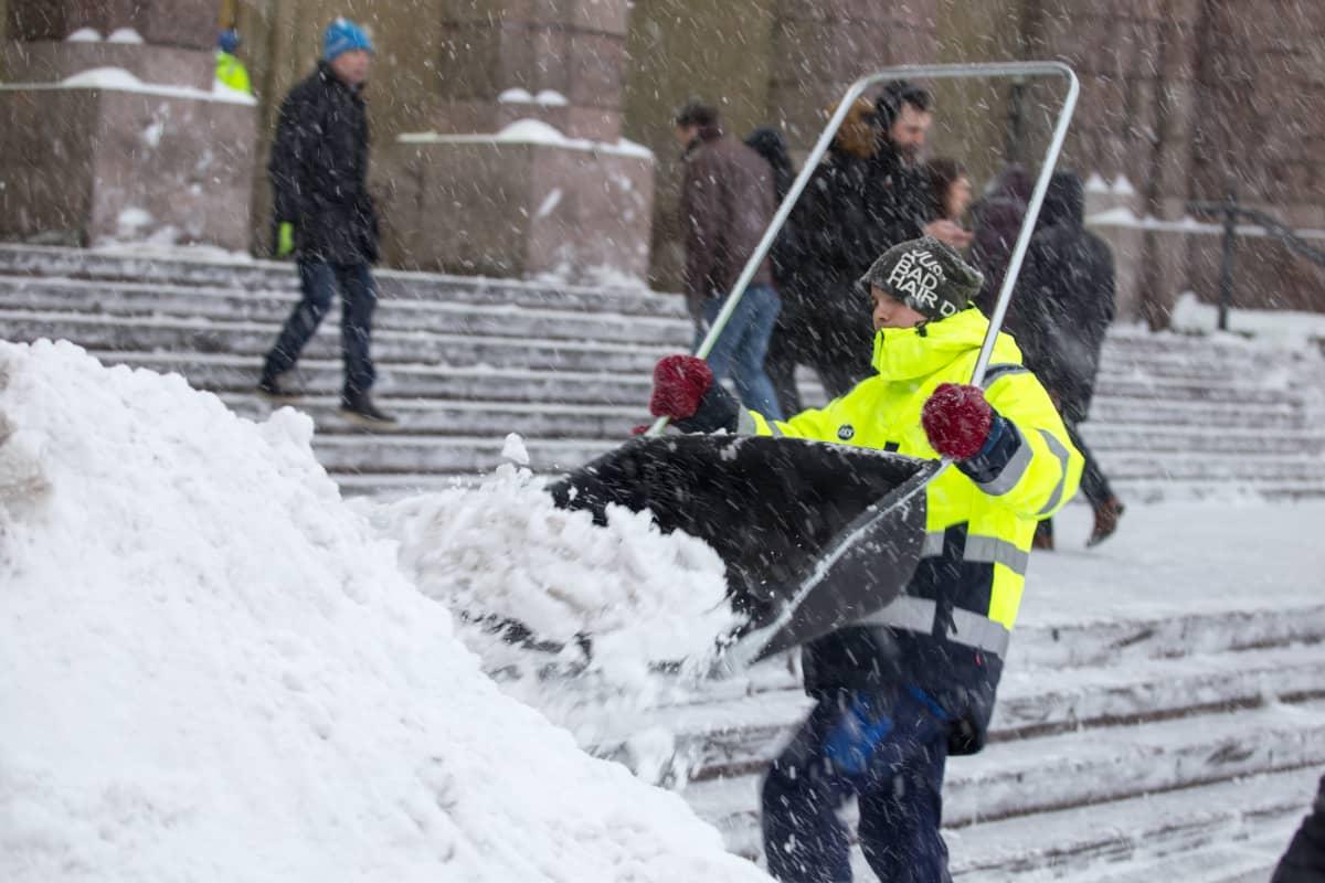Mies tekee kolalla lumitöitä.
