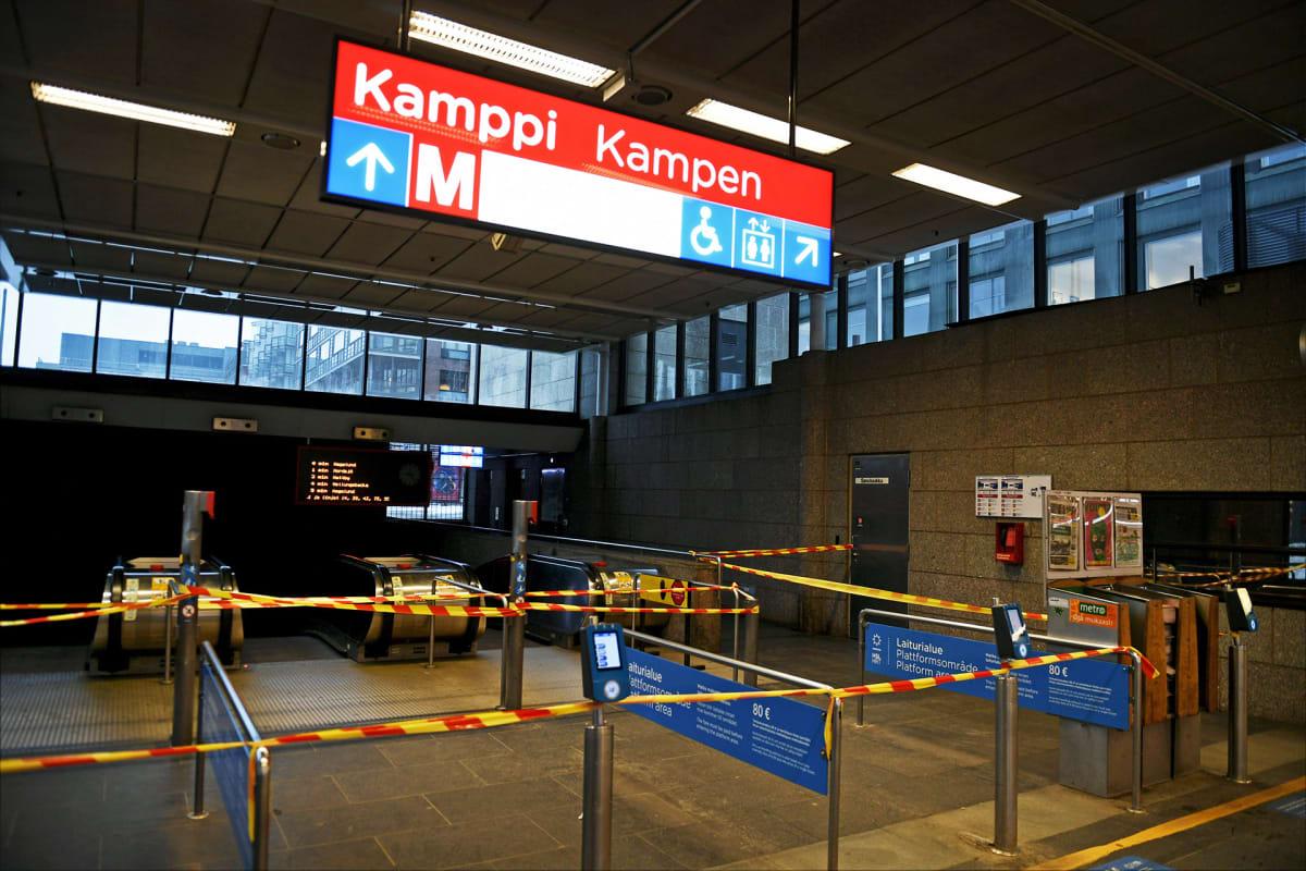 Pääsy Kampin metroasemalle on estetty nauhoin Helsingissä.