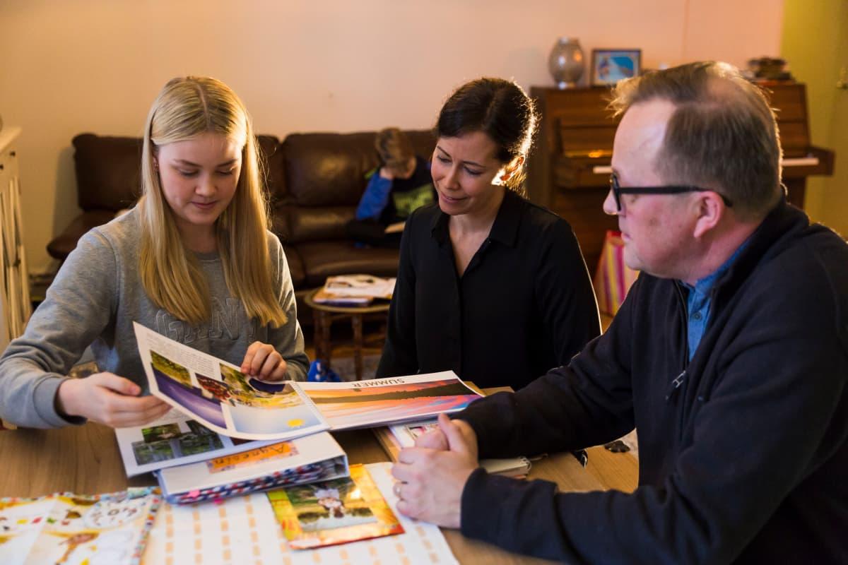 Nina Nieminen, Mirja Palmanto ja Keijo Nieminen ovat World Vision -järjestön kehitysmaakummeja. He tapasivat juuri ennen Ugandan matkaa.