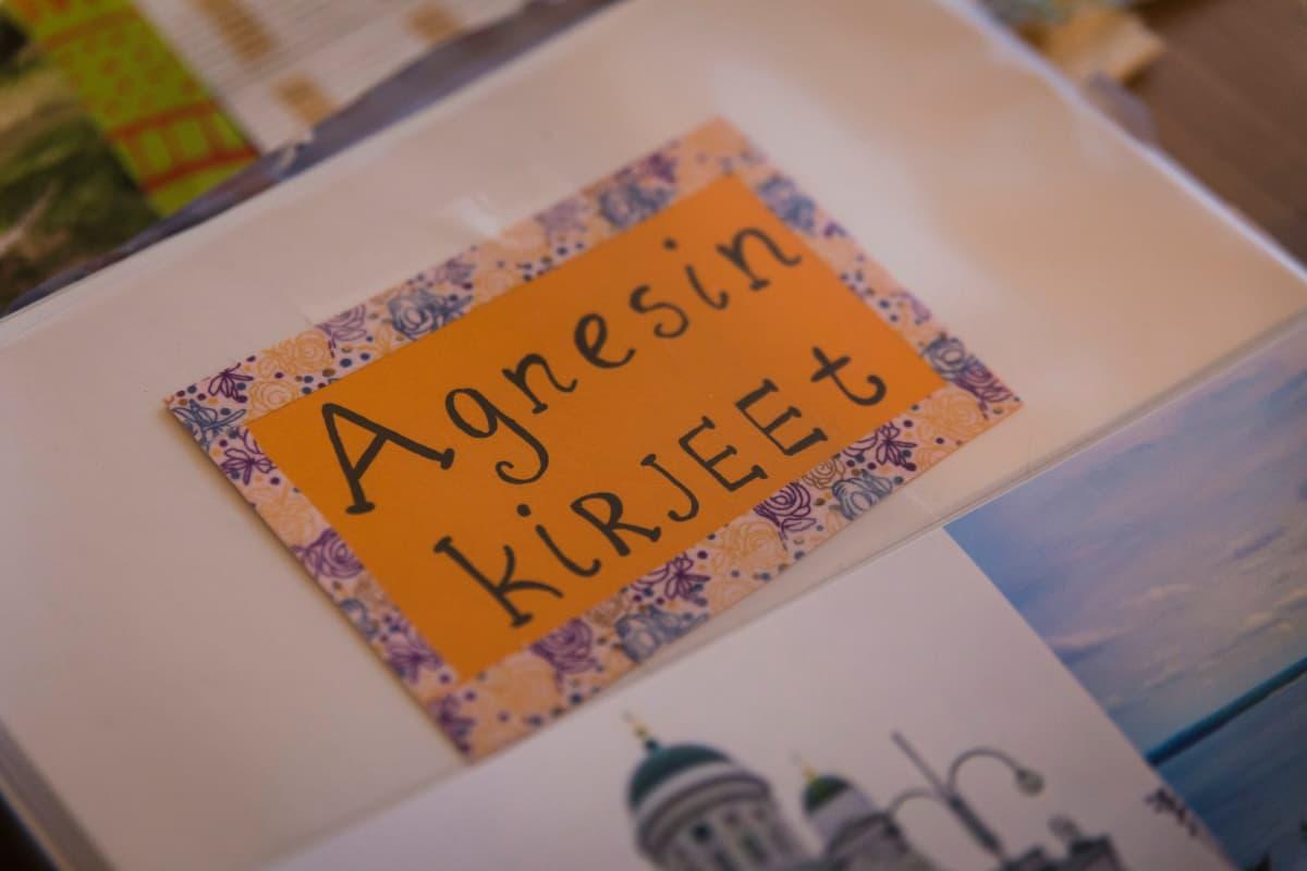 Nina Nieminen pitää Agnesista kansiota, joka on viimeisen neljän vuoden aikana täyttynyt kummitytön kirjeistä ja piirustuksista.