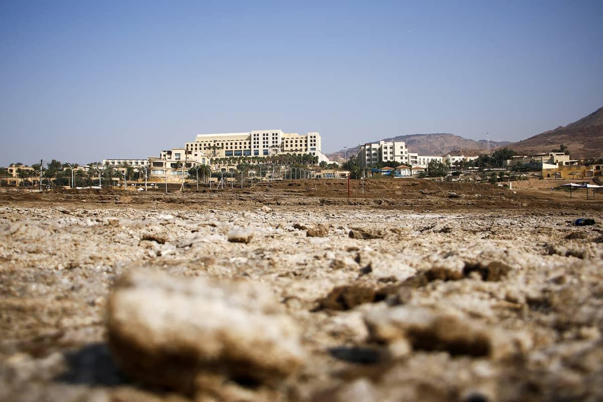 Dead Sea Spa -hotel on jäänyt jo noin 230 metrin päähän Kuolleestamerestä.