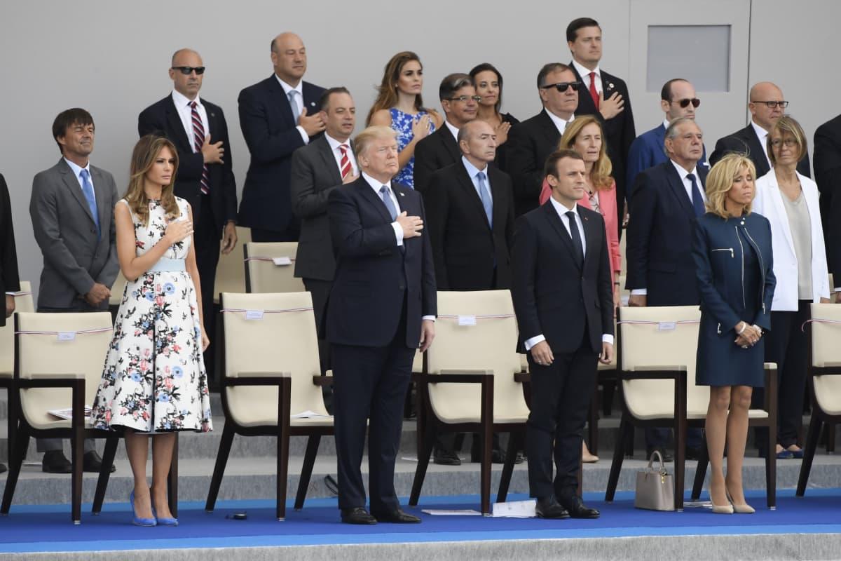 Yhdysvaltain presidentti Donald Trump Melanie-puolisonsa kanssa sekä Ranskan presidentti Emmanuel Macron vaimoineen katsovat sotilasparaatia Pariisissa.