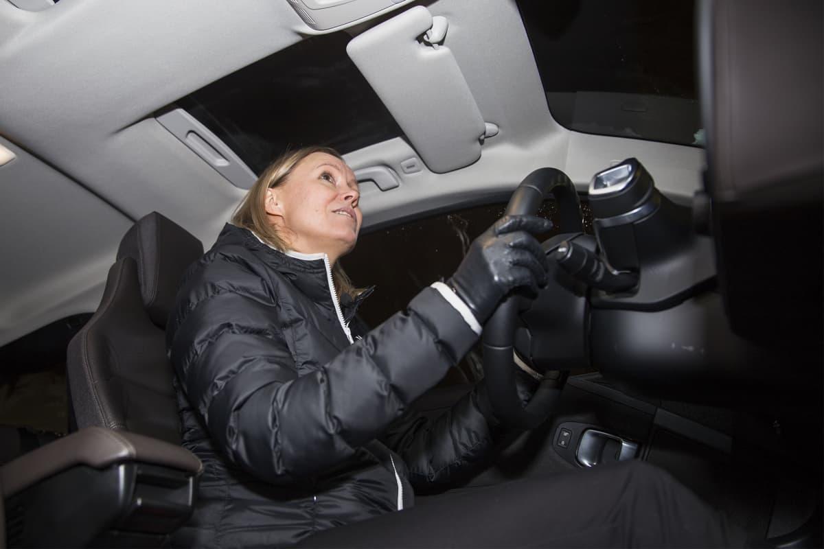 Tiina-Kaisa Isolammi kertoo, että taloyhtiössä 7 perheen sähköautokokeilu on herättänyt niin paljon kiinnostusta, että naisten saunavuorollakin puhutaan vain autoilusta.