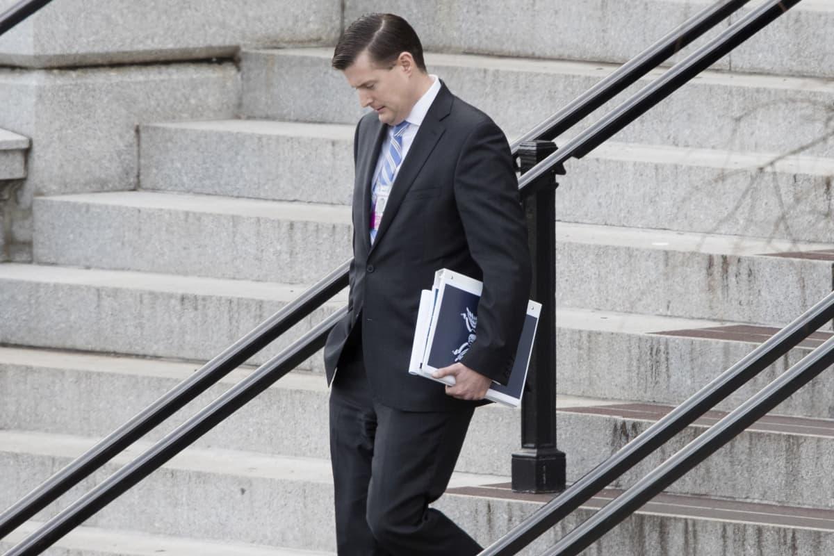 Valkoisen talon avustaja Rob Porter kävelee rappuja alaspäin.