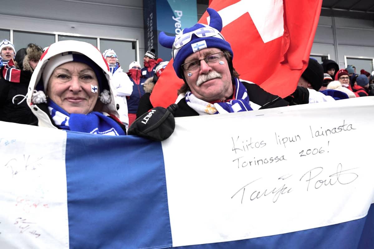 Pirjo ja Teuvo Slantin lippu oli Torinossa Tanja Poutiaisen harteilla, kun hän voitti olympiahopeaa.