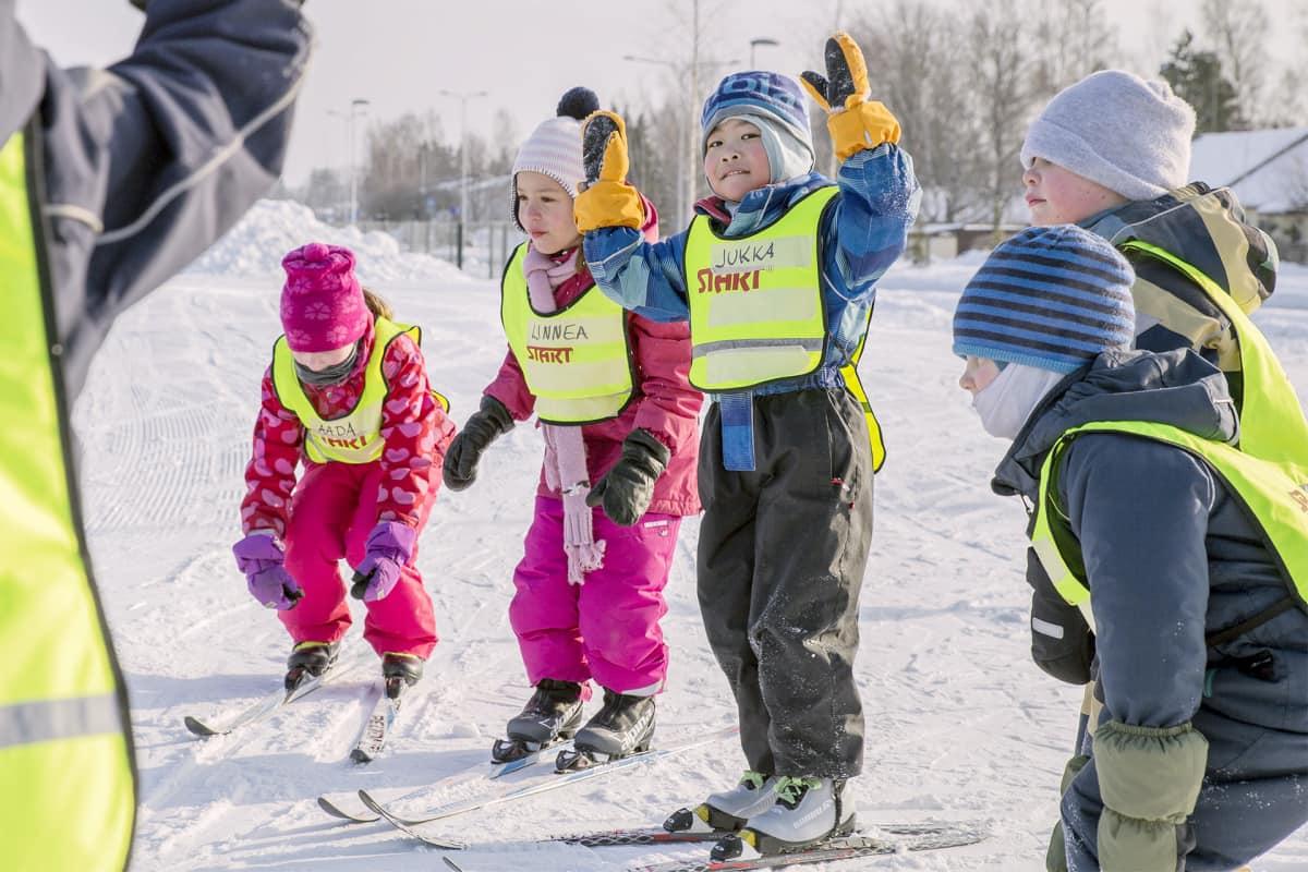 Lapsia hiihtokoulussa Helsingin Paloheinässä.