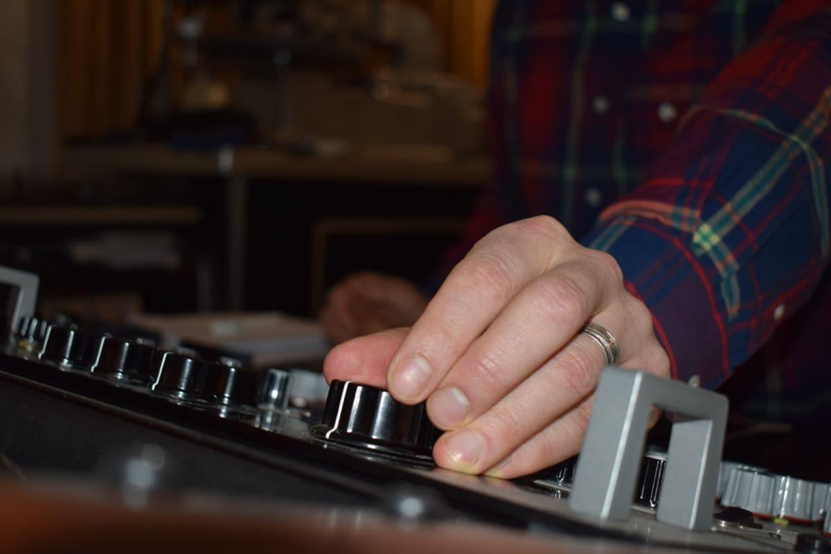 Masteroijan käsi äänipöydällä