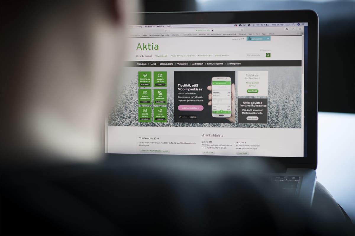 Mies käyttää Aktian verkkopankkia.