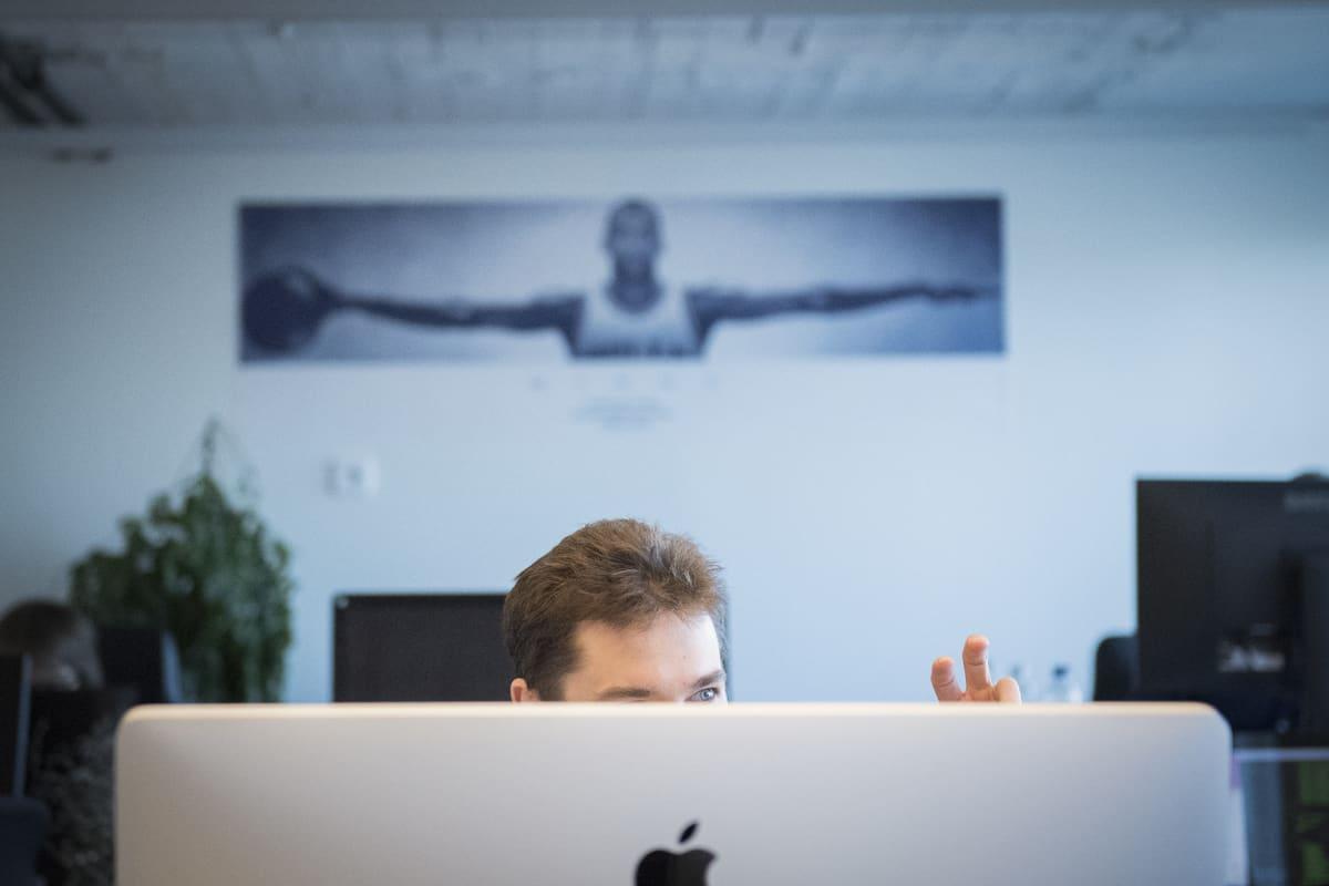 Mies monitorin takana