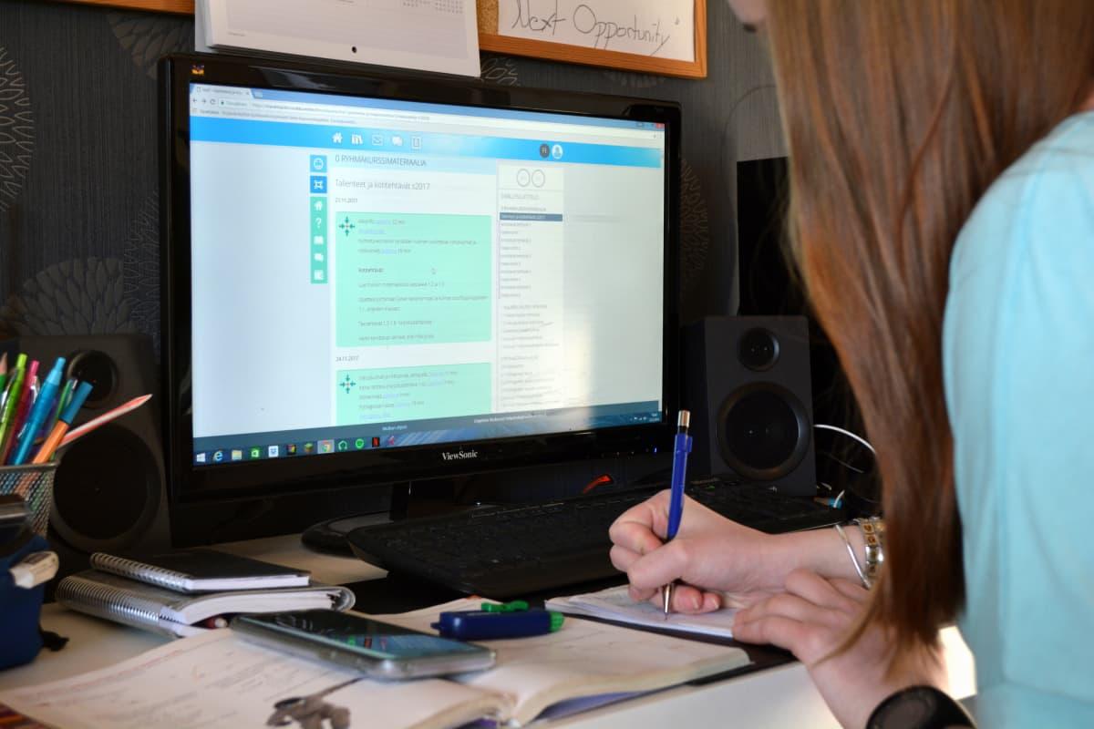 Vera Koposen käytännön opiskelu muodostuu verkko-opetuksesta. Ryhmäkurssien lisäksi verkossa voi suorittaa niin sanottuja non-stop-kursseja silloin kun haluaa. Vera Koponen kotona huoneessaan Pieksämäellä.