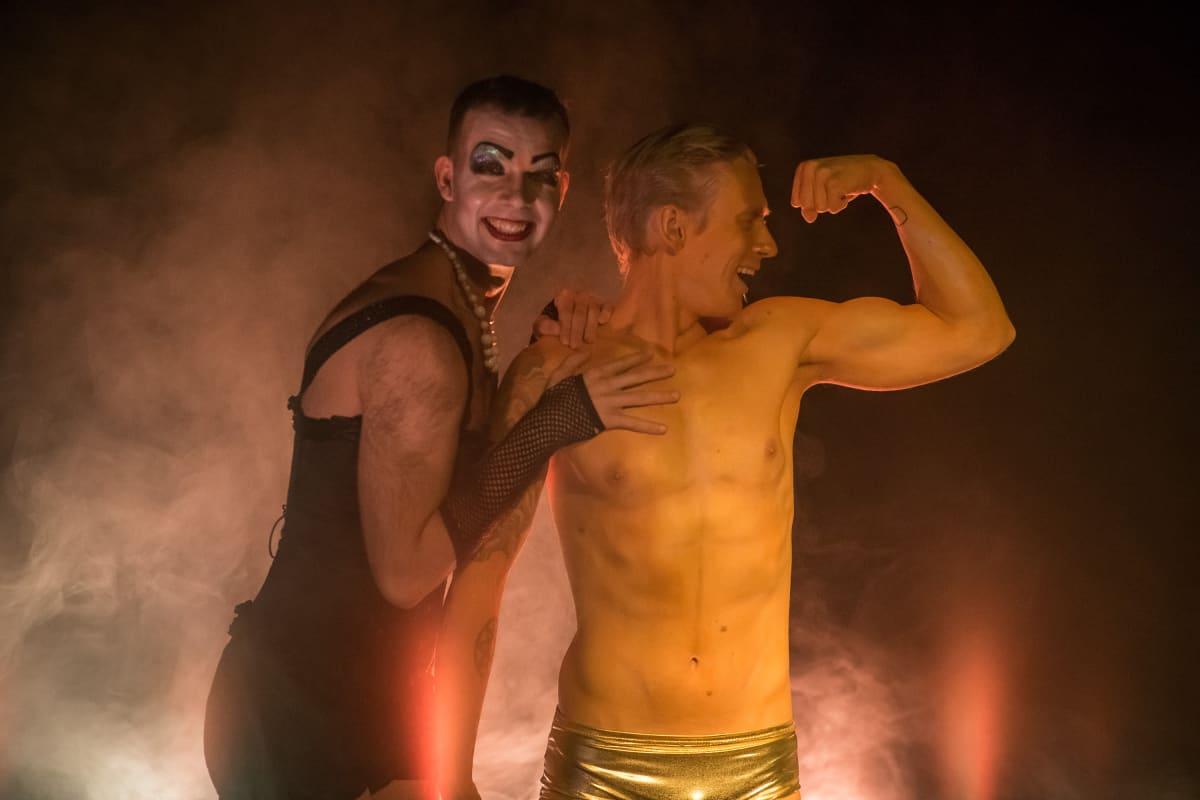 Elias Berglund ja Mikko Sippola Frank 'n' Furterina ja Rocky Horrorina.