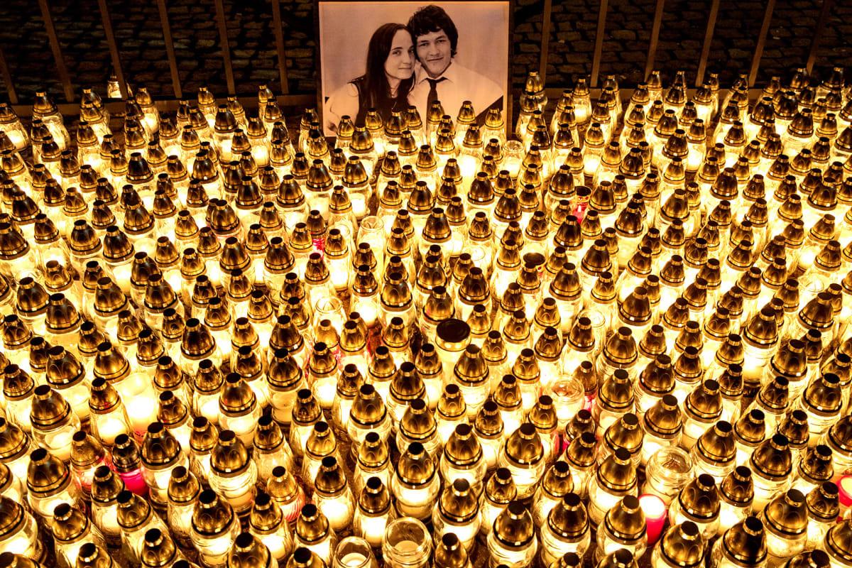 Murhattujen Jan Kuciakin ja Martina musitolle sytyttettyjä kynttilöitä.