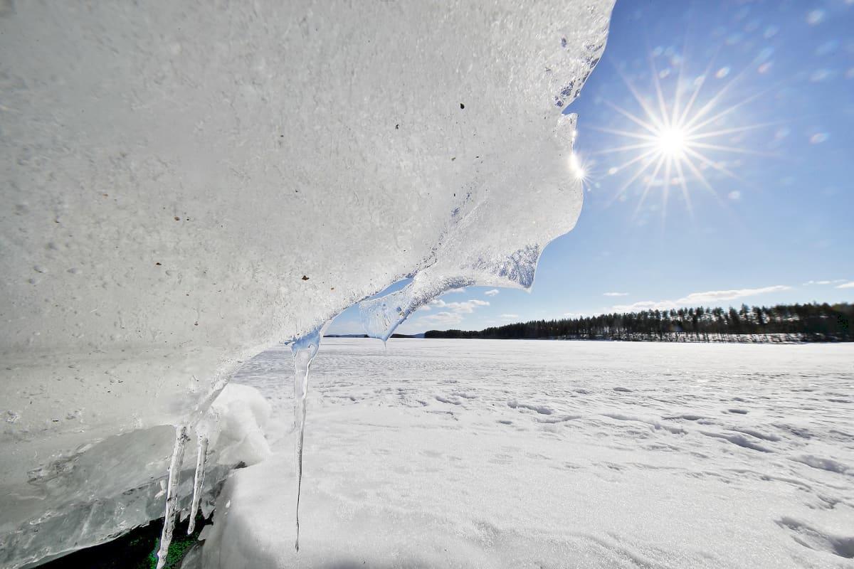 Aurinko sulattaa jäätä