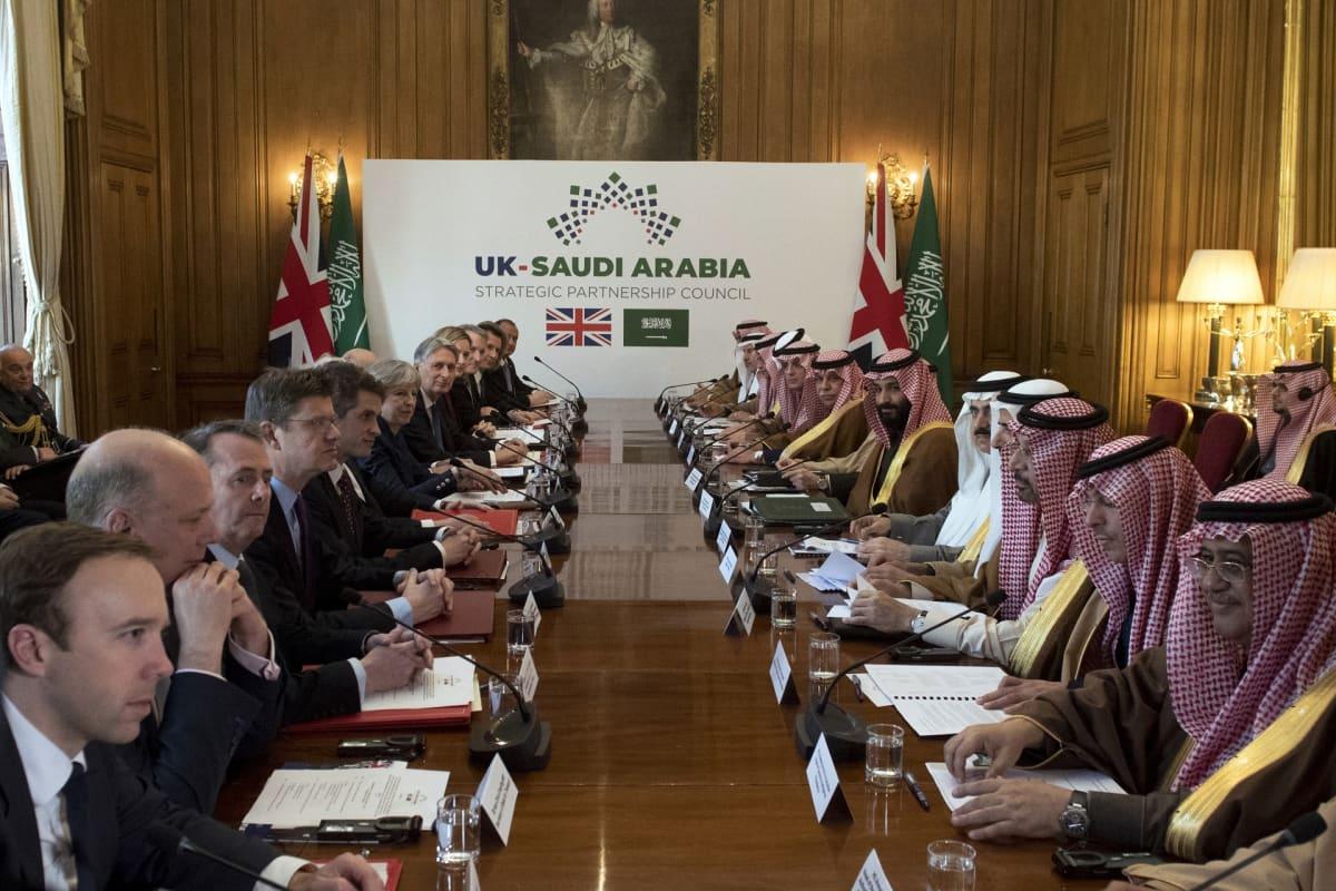 Britannian ja Saudi-Arabian valtuuskunnat neuvotteluissa Lontoossa.