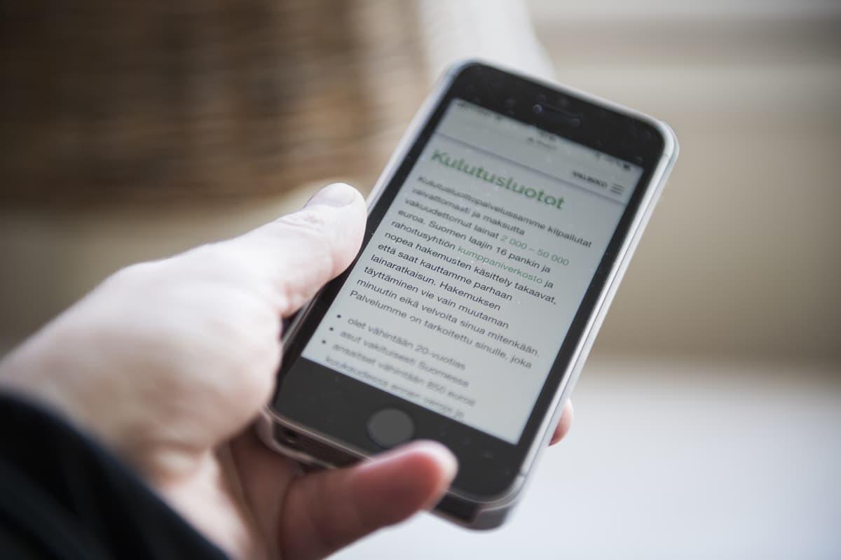 Kännykkä jossa lukee kulutusluoton faktat.