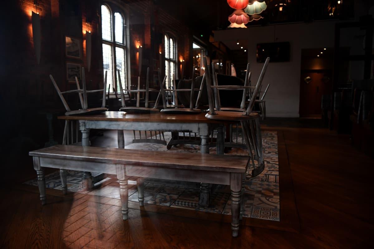 Ikkunan läpi näkymä The Mill-pubiin, jonka poliisi on sulkenut Salisburyssa.