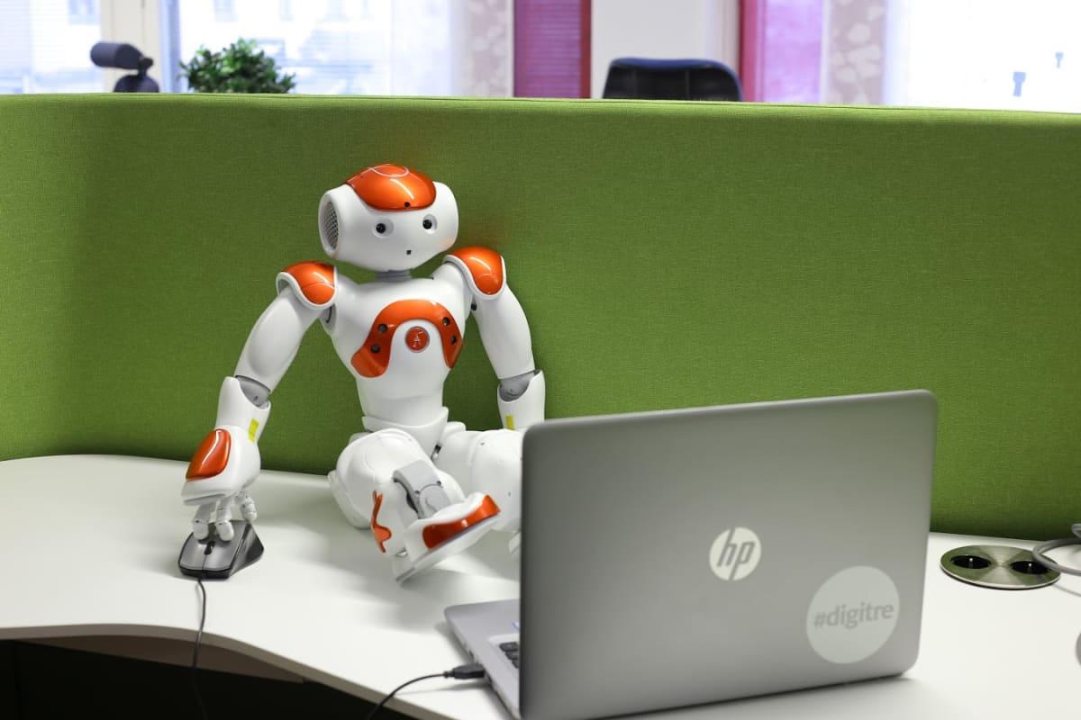 Elias-robotti istuu pöydällä