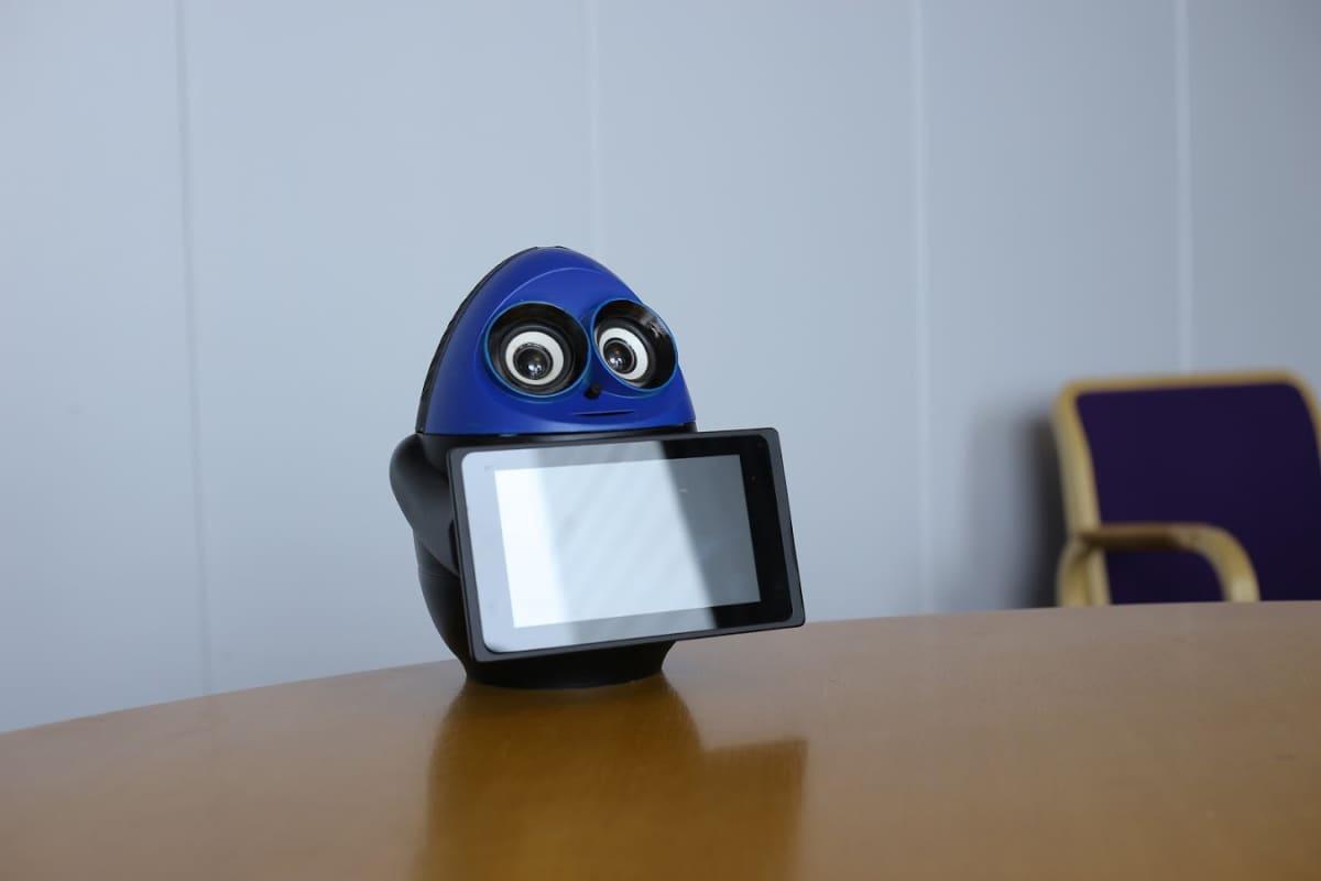 Matematiikkarobotti pöydällä.