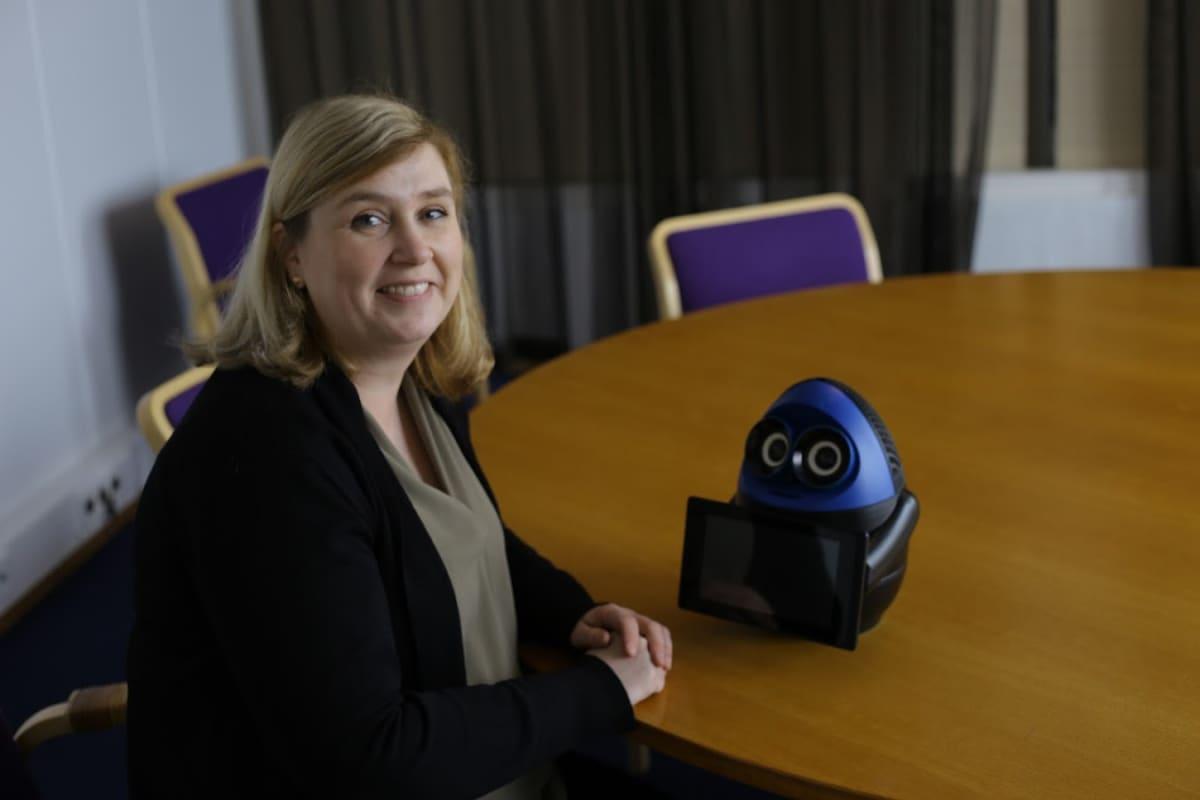 Projektipäällikkö Marika Korpinurmi ja matematiikkarobotti