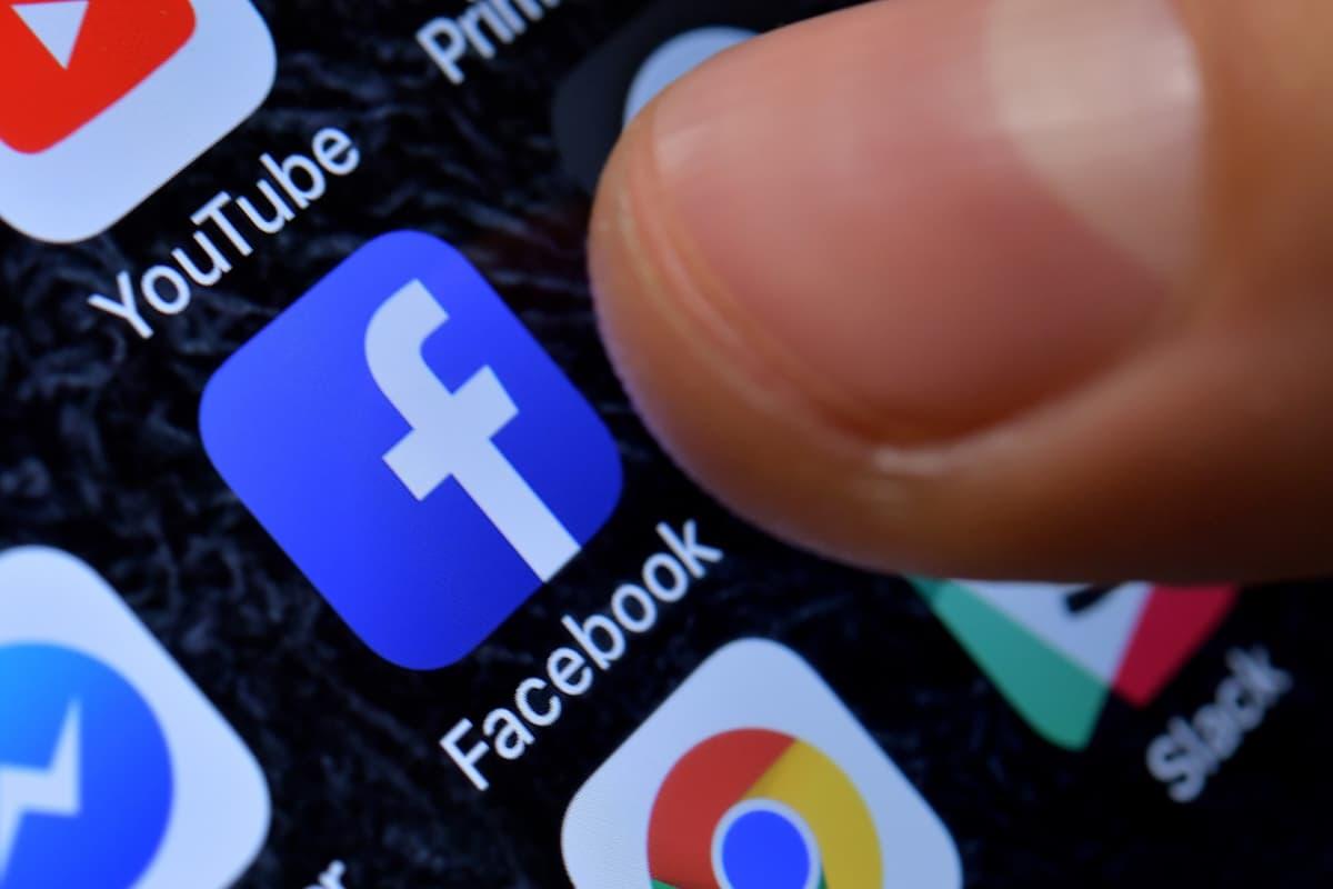 Facebook kertoi hyllyttäneensä Cambridge Analytican lauantaina.