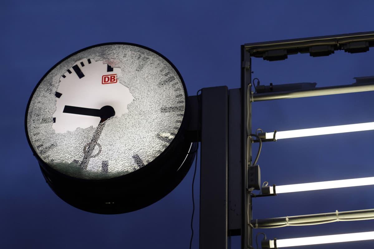 Rikottu aseman kello.