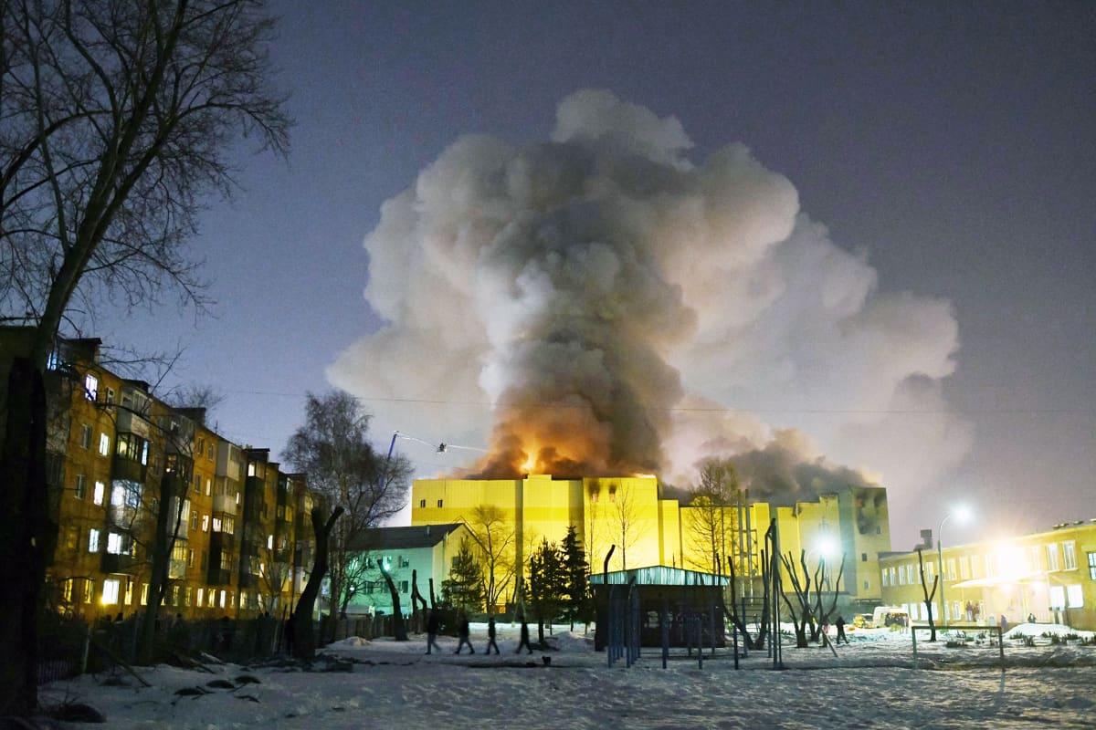 Kauppakeskus palaa Venäjän Kemerovossa.