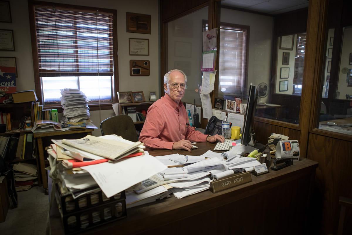 Gary Kent työskentelee Beevillen paikallislehdessä toimittajana. Hän on seurannut alueen vesitilannetta pitkään.