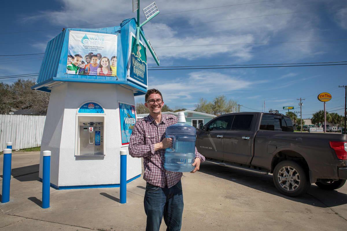 Puhdistettua juomavettä voi ostaa tuulimyllyn näköisistä myyntipisteistä.