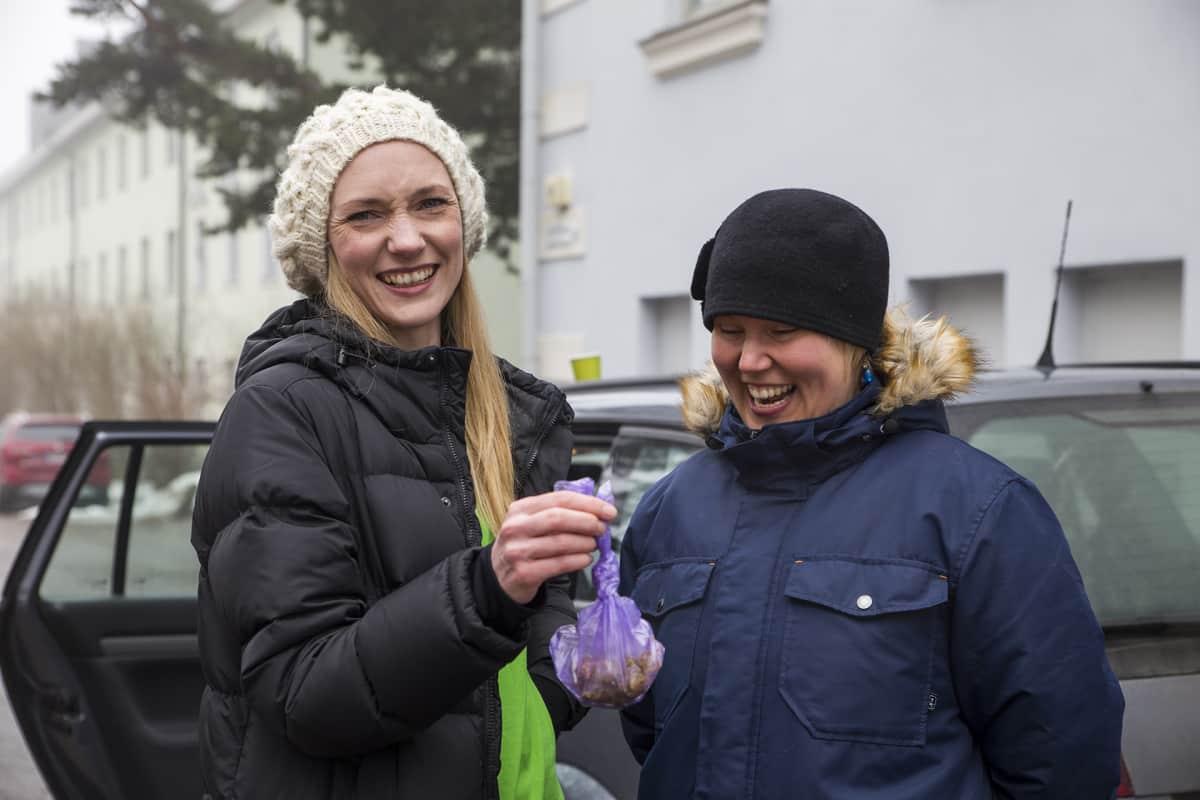 Koirankakkapartio Helmi Kirjavainen ja Anu Ylimaa