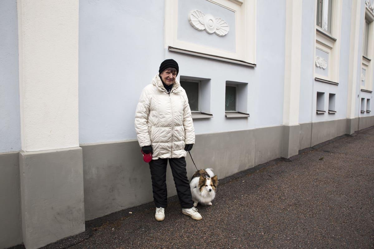 Anneli Lindqvist ja hänen koiransa
