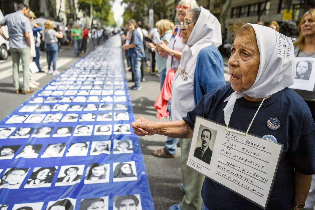 Argentiinan sotilasdiktatuurin aikana kadonneiden muistoksi järjestetty mielenosoitus Buenos Airesissa.