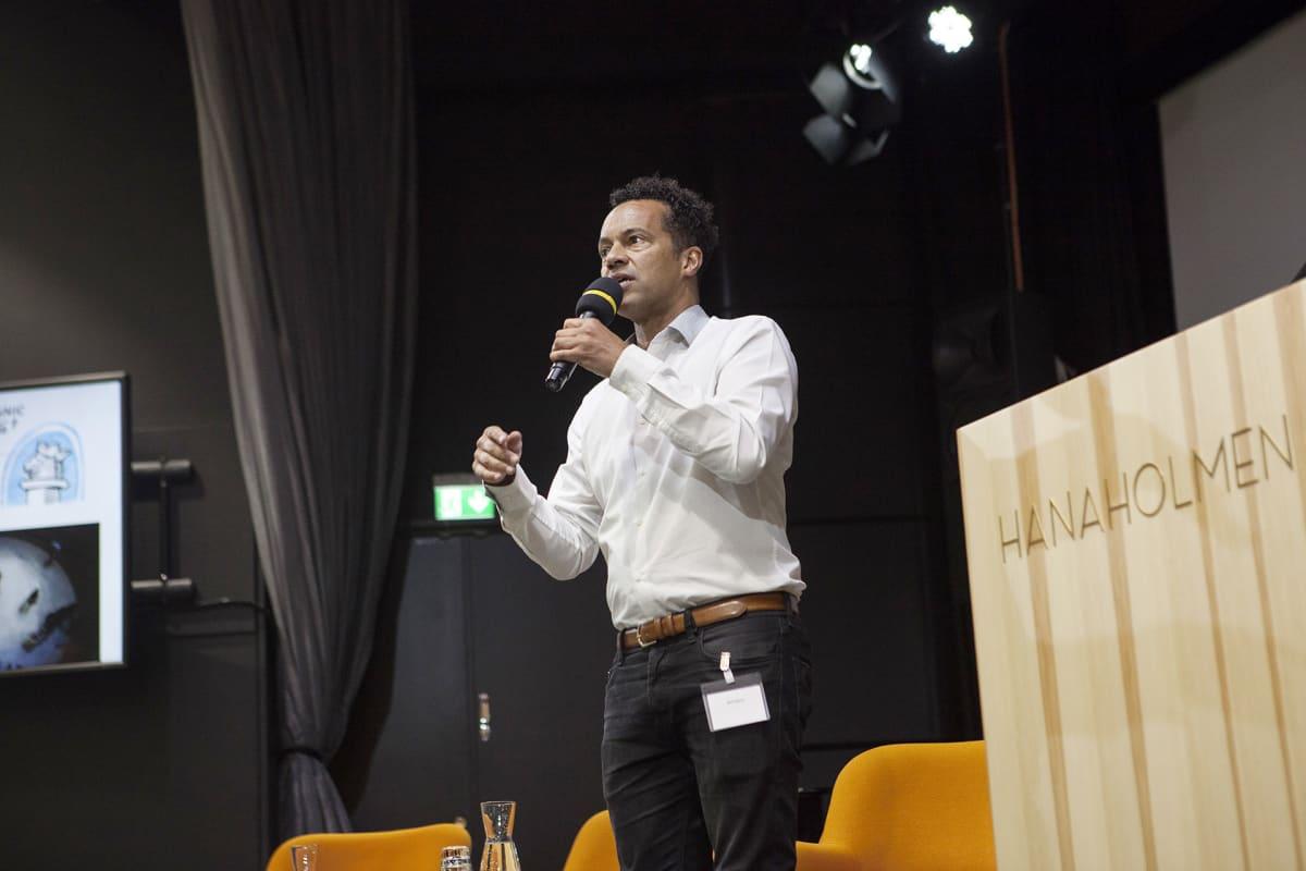 Nick Glynn kertoo työstään etnistä profilointia käsittelevässä konferenssissa Hanasaaressa.