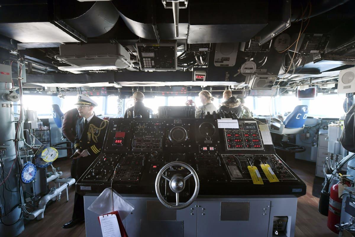 Laitteistoa yhdysvaltalaisen ohjushävittäjän USS Porterin komentosillalla.