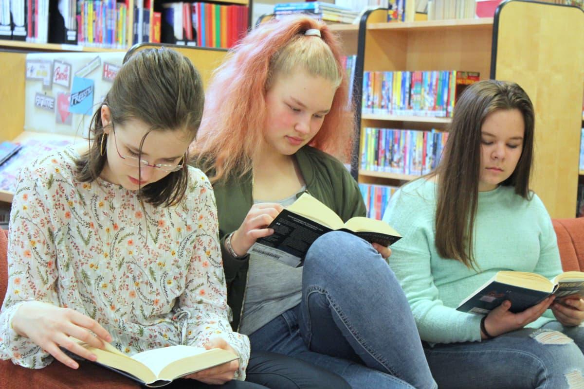Nuoret lukevat Harry Potter -kirjoja kirjastossa