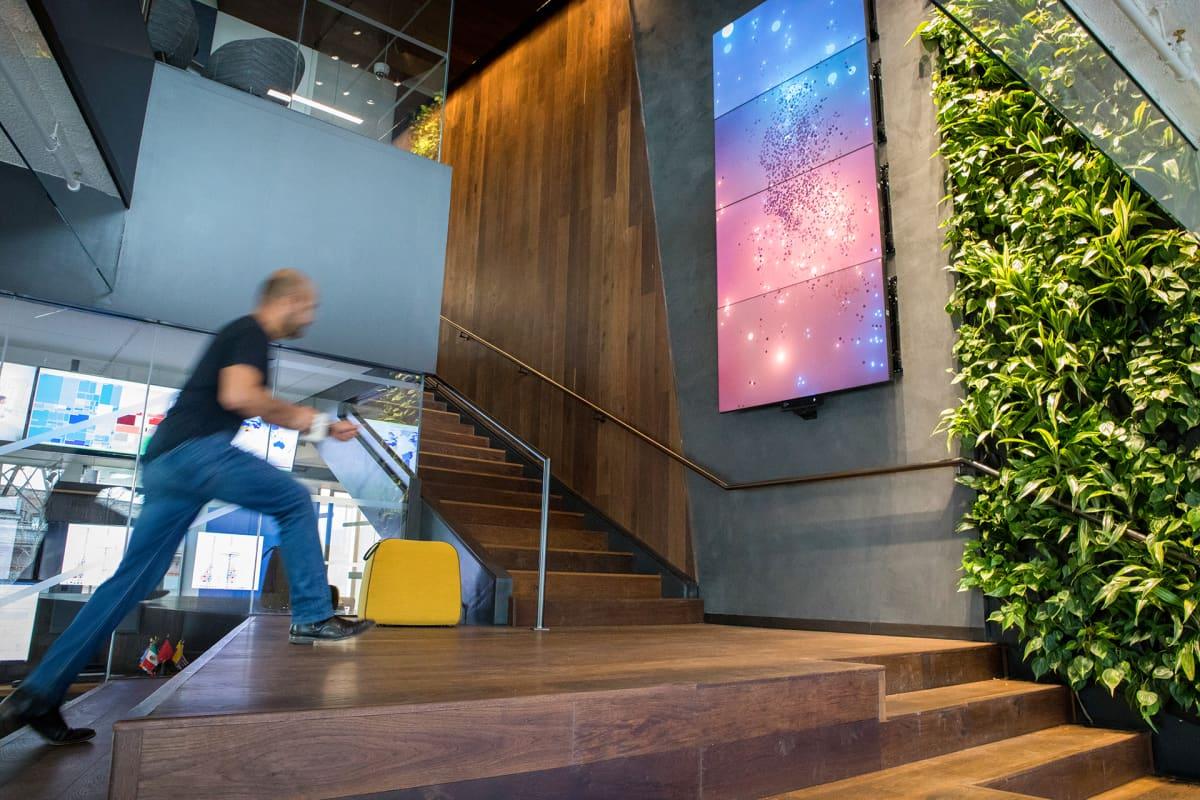 Hyvinvointitoimistossa on viherseiniä ja interaktiivisia videotauluja.
