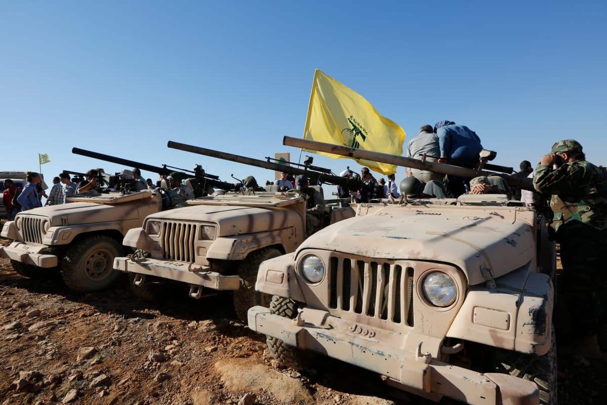 Hizbollahin jeeppejä Libanonin ja Syyrian rajalla.