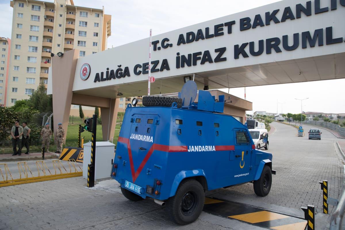 Panssariajoneuvo ajaa vankilaan Izmirin lähellä.