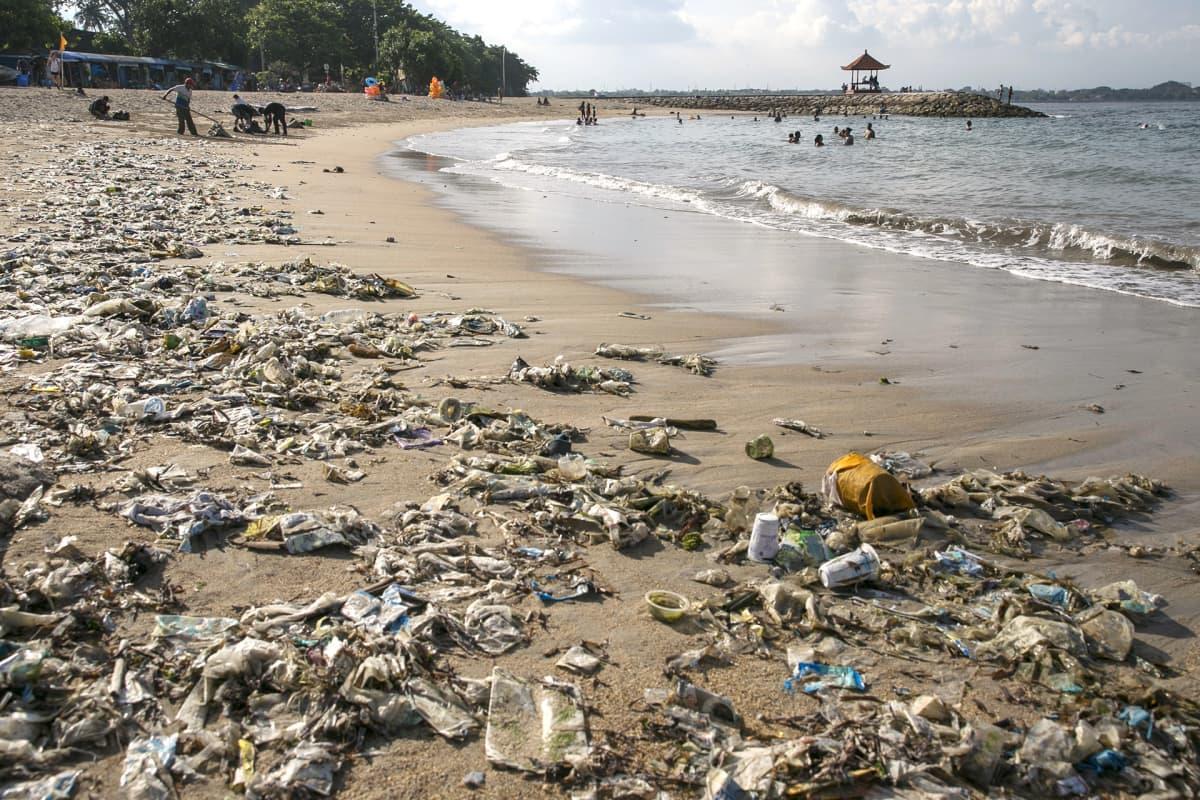 Muovijätettä rannalla.