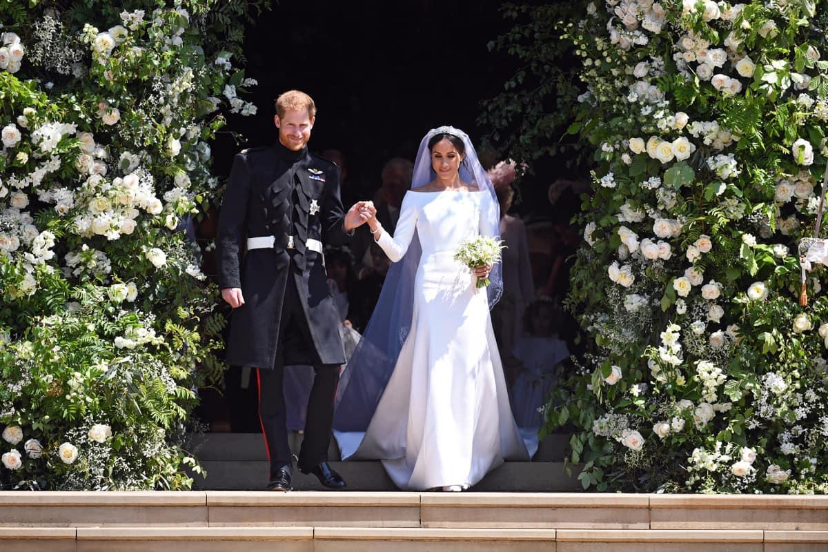 Prinssi Harry ja hänen vaimonsa Meghan kirkon edessä.