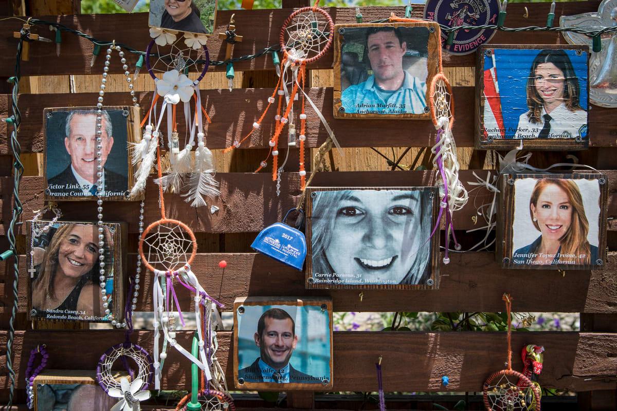 Lokakuun joukkoammuskelun uhreille on pystytetty muistotaulu Las Vegasin keskustan liepeille.