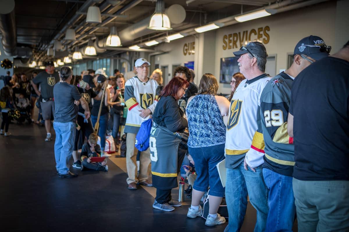 Las Vegasin NHL-joukkueen fanituotteita pitää jonottaa.