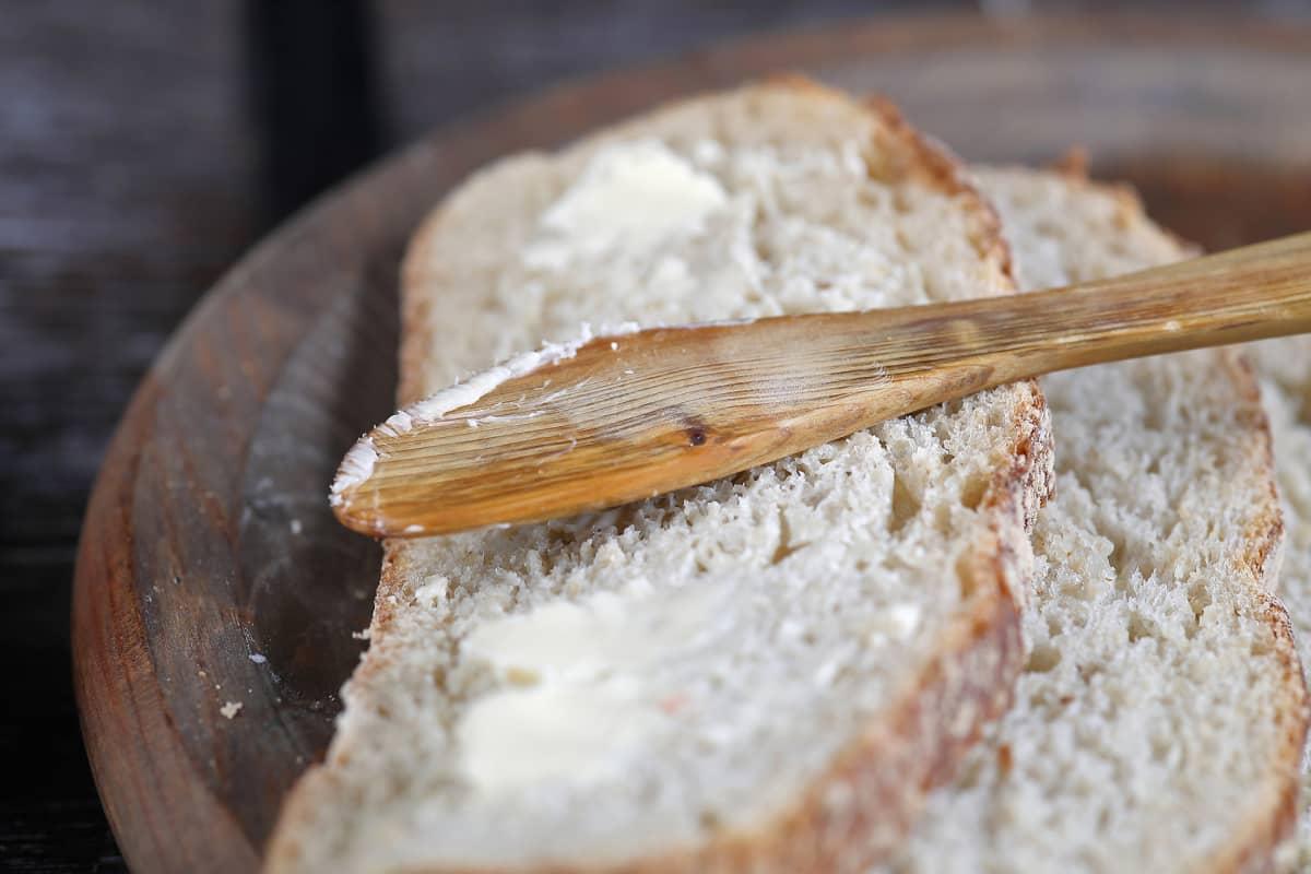 Puinen voiveitsi ja kaksi leivänpalaa.