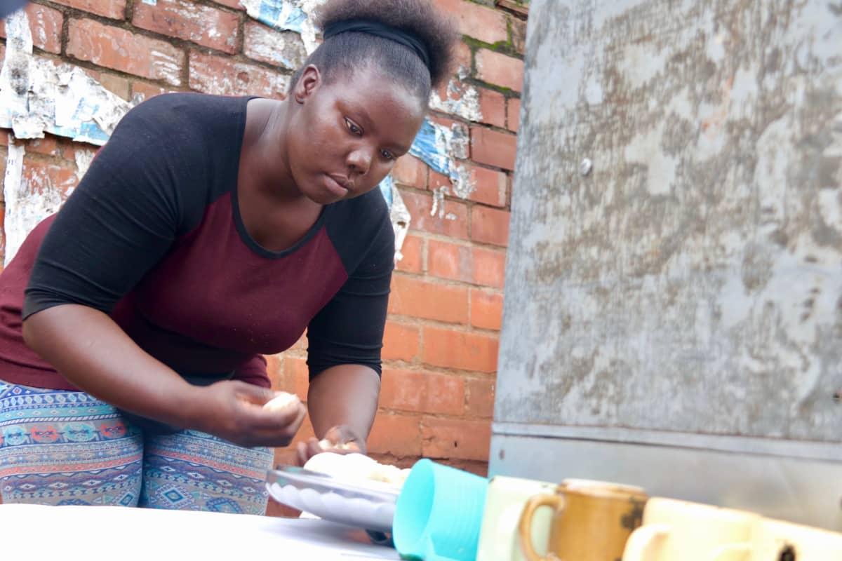 Edith Odhiambo tekee chapatitaikinaa Nairobissa.