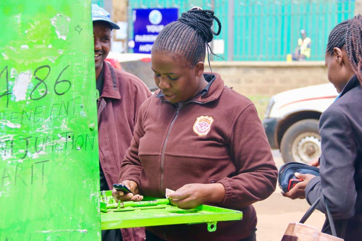 Mobiilirahayrittäjä Nancy Imali koppinsa ulkopuolella Nairobissa.