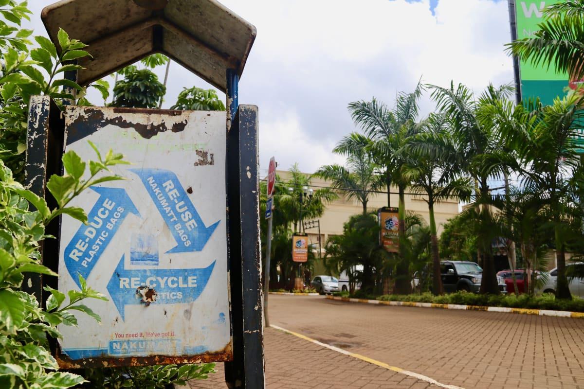 Kierrätysroskakori Westgate-ostoskeskuksen ulkopuolella Nairobissa.